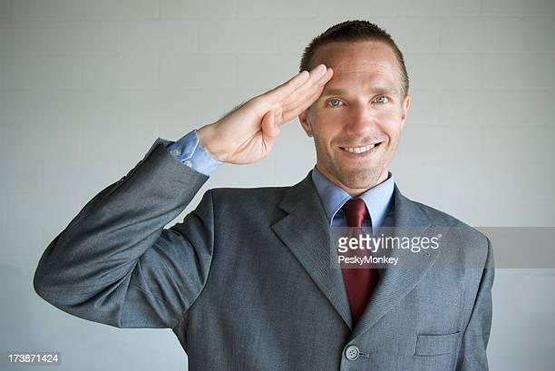 Sonriente hombre de estilo militar de hacer un saludo cámara