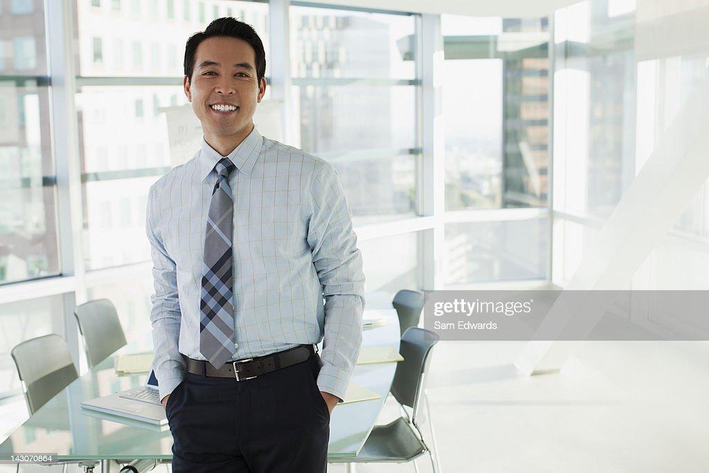 Lächelnd Geschäftsmann stehend im Büro : Stock-Foto