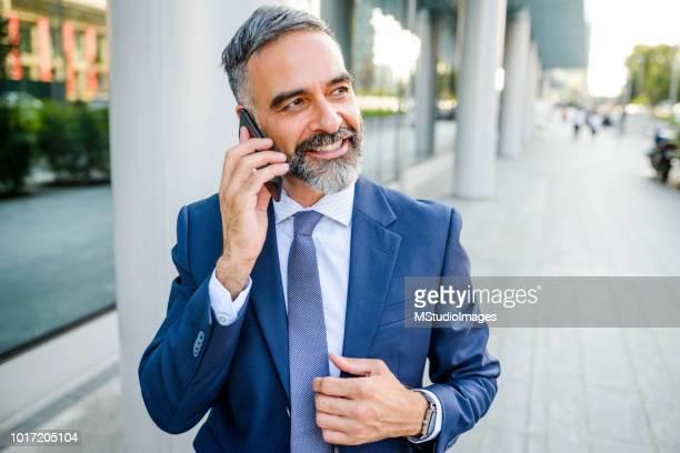 lächelnde geschäftsmann telefonieren mit dem handy. - einzelner mann über 40 stock-fotos und bilder