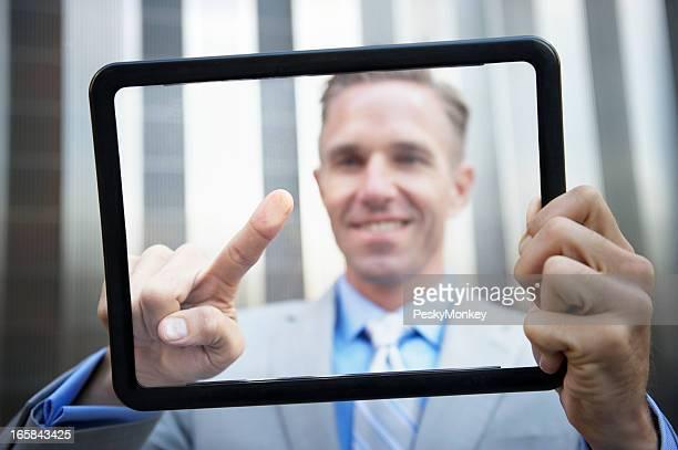 Lächelnd Geschäftsmann berühren Bildschirm auf futuristische transparente Tablet
