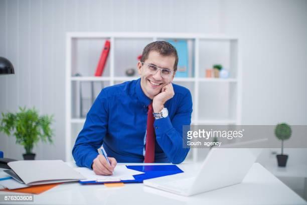 Lächelnde Geschäftsmann arbeiten im Büro