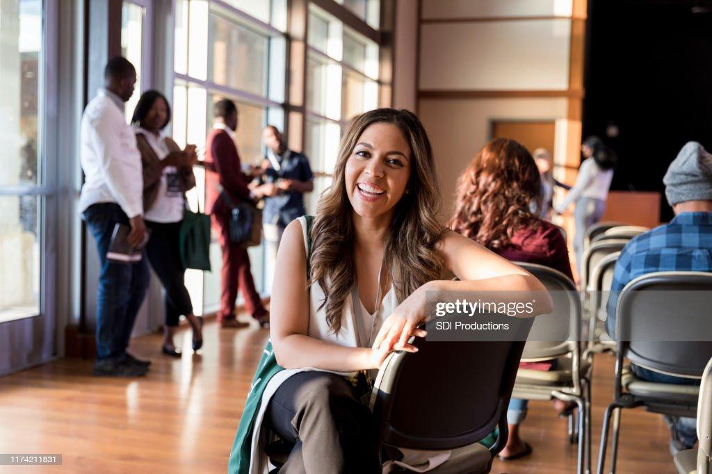 Lachende zakenvrouw bijwonen conferentie : Stockfoto