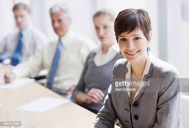 Souriant Femme d'affaires dans la salle de conférence