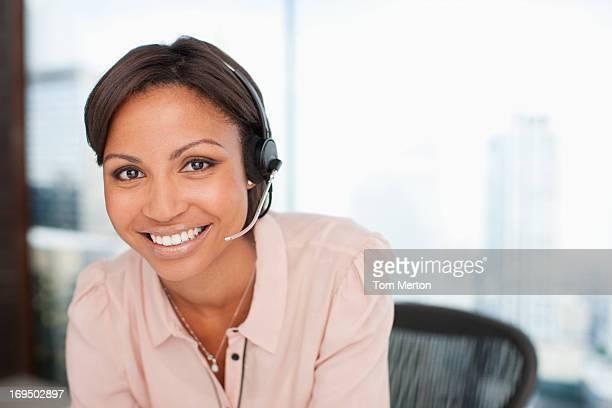 Lächelnd Geschäftsfrau mit headset