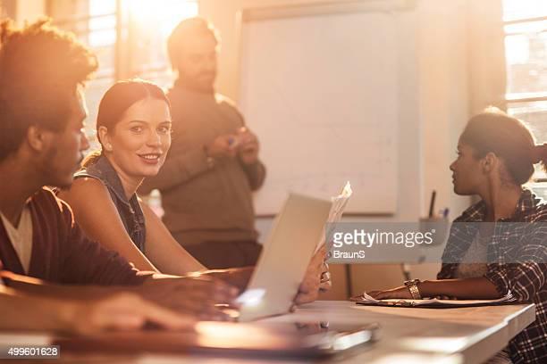 Lächelnd Geschäftsfrau in einem business-Präsentation im Büro.