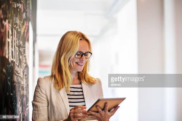 Lächelnd Geschäftsfrau mit tablet PC im Büro