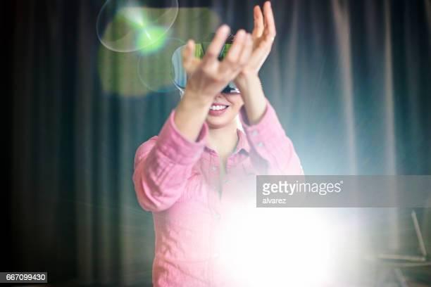 Lächelnde Geschäftsfrau mit futuristischen Brille