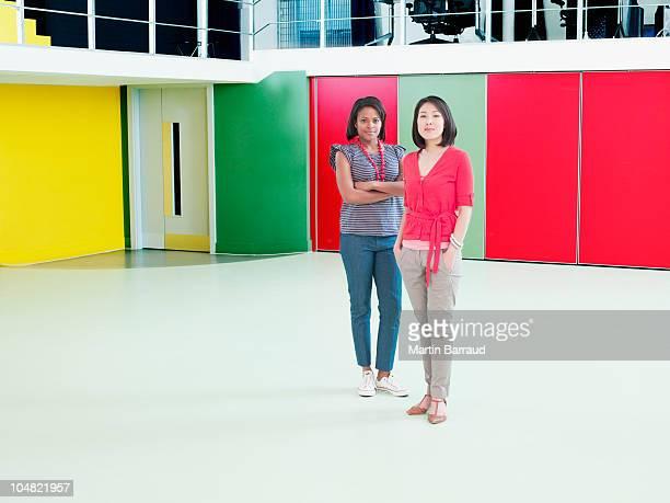 笑顔 businesswomen の空のオフィス - ポケットに手を入れている ストックフォトと画像