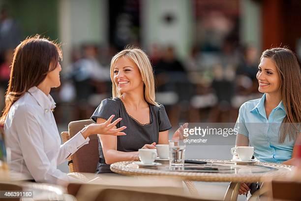 笑顔 businesswomen ラウンジで、カフェと話すとなっています。