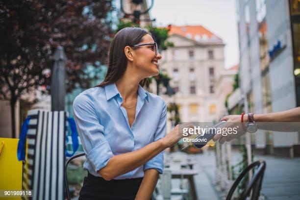Lächelnde Bussines Frau Kreditkartenzahlung für Kaffee