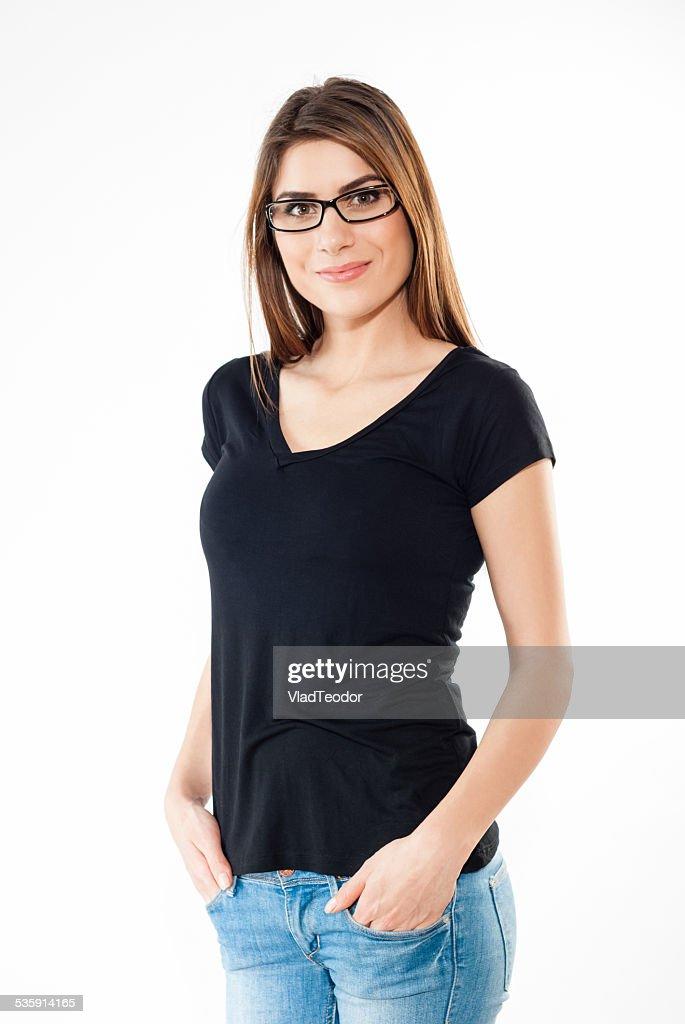 Sorridente casual mulher em jeans e t-shirt preta : Foto de stock