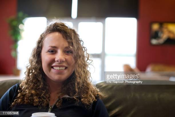 smiling caucasian woman drinking coffee in cafe - caldwell idaho foto e immagini stock
