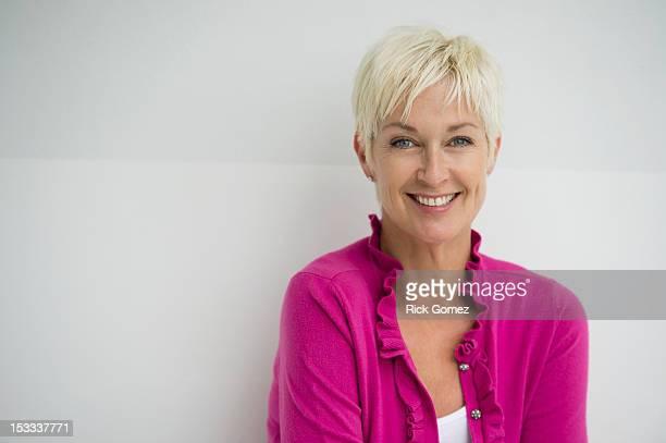 smiling caucasian woman - kurzes haar stock-fotos und bilder