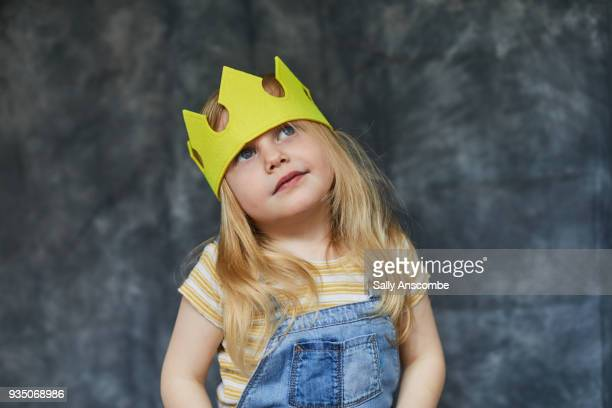 smiling child wearing a crown - プリンセス ストックフォトと画像