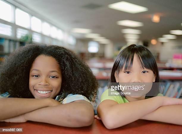 Lächelnd Kinder in Bibliothek