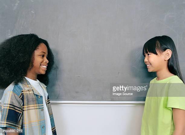 Lächelnd Kinder in der Nähe von blackboard