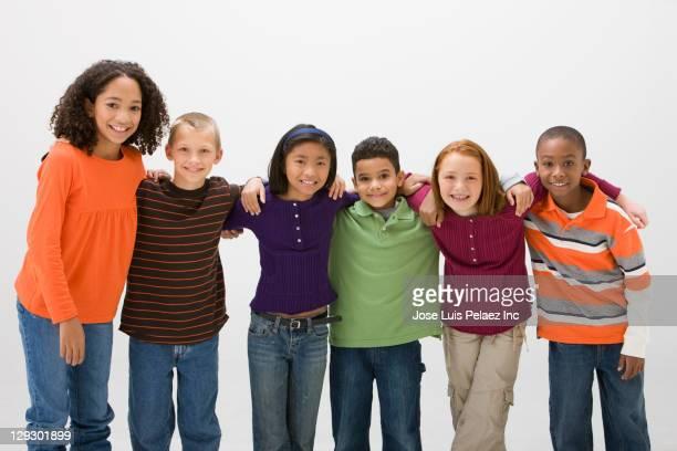 smiling children standing together - multiculturalismo foto e immagini stock