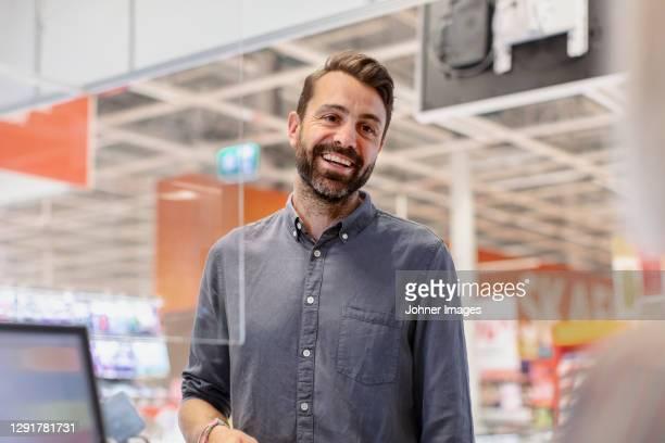 smiling client at till - sourire à pleines dents photos et images de collection
