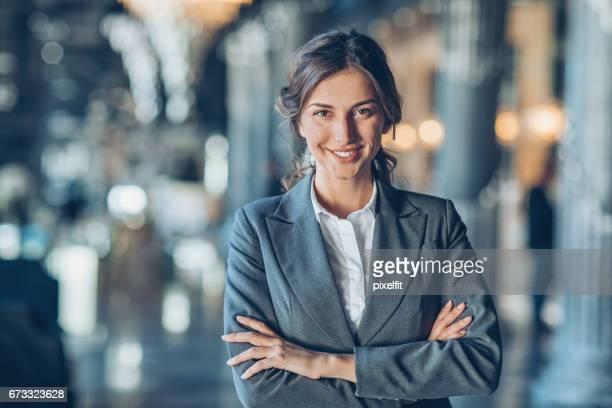 Lächelnd zuversichtlich Geschäftsfrau