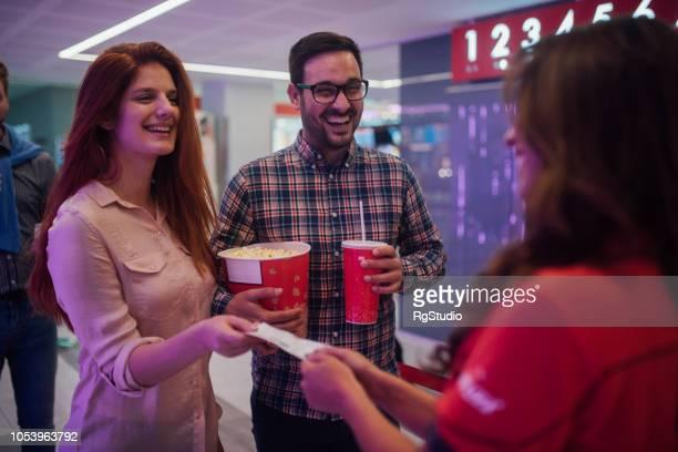 Lächelnde Paare, Kinokarten überprüft