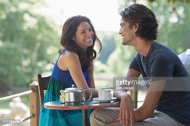 屋外笑顔のカップルのティー