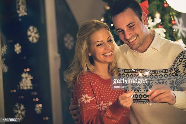 Lächelnd paar holding Christmas Wunderkerzen