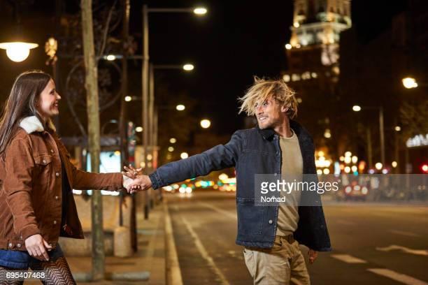 Sonriendo manos explotación par cruzar calle