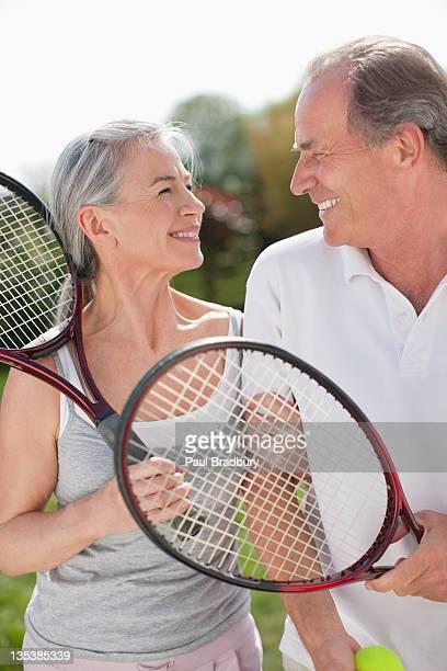 テニスラケットを笑顔のカップル