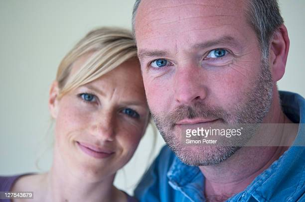 smiling couple hugging - 40 44 jaar stockfoto's en -beelden