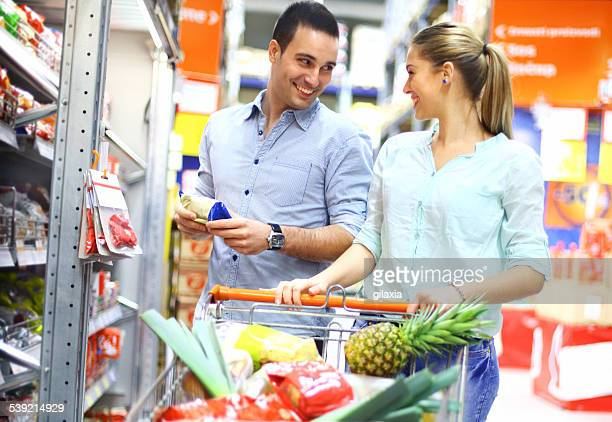 Souriant couple de shopping ensemble.