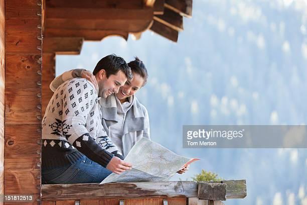 Lächelnd paar Blick auf Karte auf Kabine Veranda