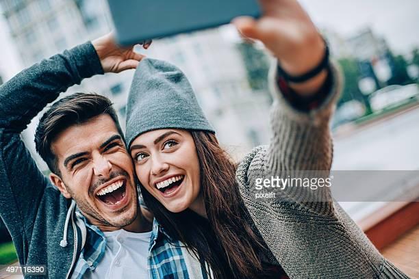 セルフィーを笑顔のカップル