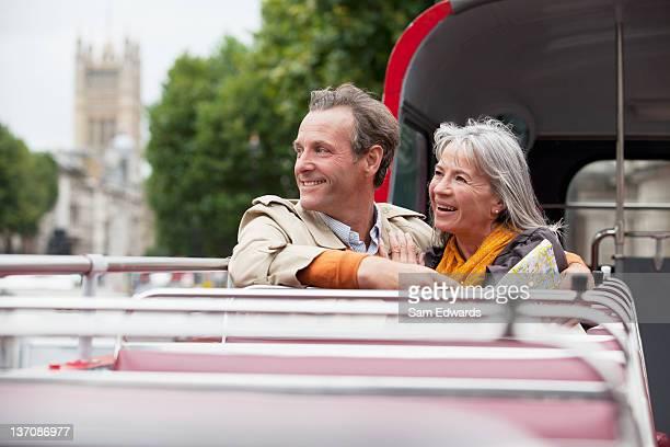 Souriant couple riding bus à impériale