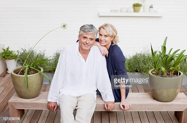 Lächelnd Paar auf einer Bank sitzend auf der Terrasse