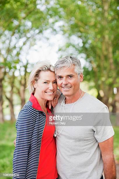 Lächelnd paar stehen zusammen im Freien