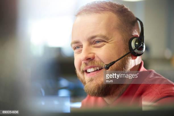 lachende medewerker van de klantenservice - klanten georiënteerd stockfoto's en -beelden