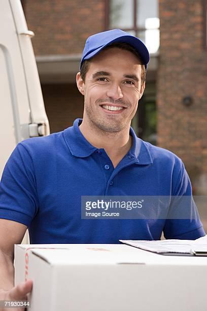 Uomo di consegna sorridente