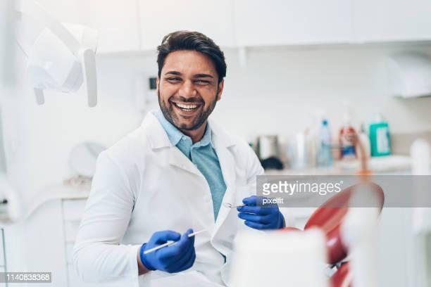 笑顔の歯医者さん - 矯正歯科医 ストックフォトと画像