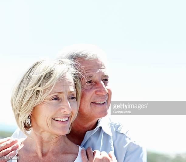 Lächelnd älteres Ehepaar Wegsehen