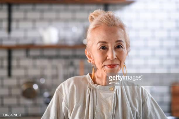笑顔エレガントな日本女性 - 気が若い ストックフォトと画像
