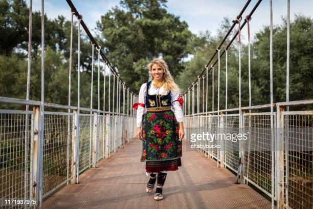 lächelnde europäerin, die auf der brücke läuft - russische kultur stock-fotos und bilder