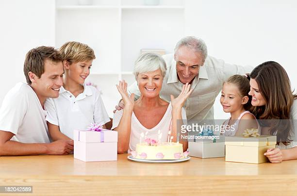 Sonriendo familia celebrando un cumpleaños