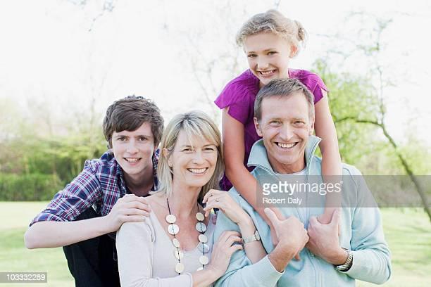 Lächeln Familie umarmen im Freien