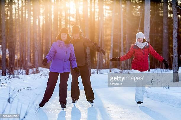 Família sorridente de gelo ao ar livre