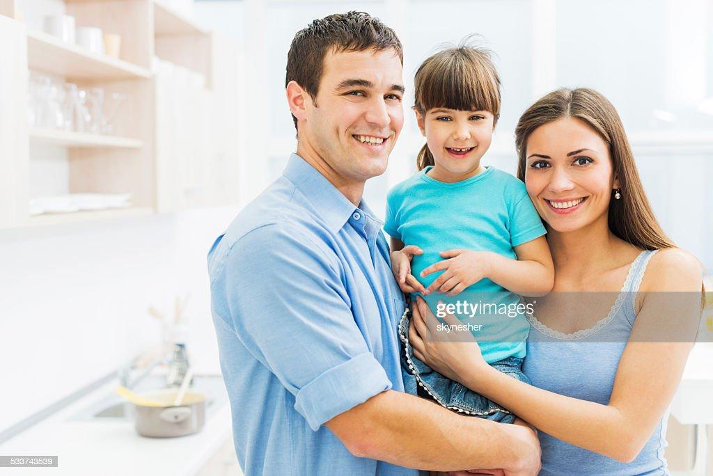 Famiglia sorridente in cucina. : Foto stock