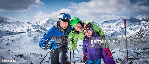 portrait de famille souriant sur piste de ski - sport d'hiver photos et images de collection