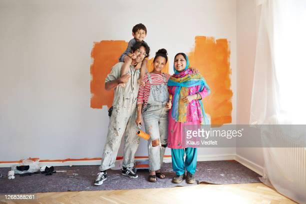 smiling family renovating home together - miscigenado - fotografias e filmes do acervo