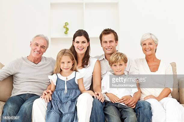 Lächelnden Familie sitzt auf Sofa