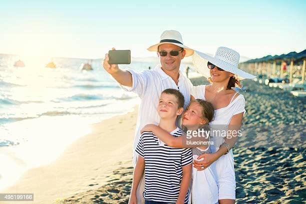 Sonriendo familia tomando un autorretrato