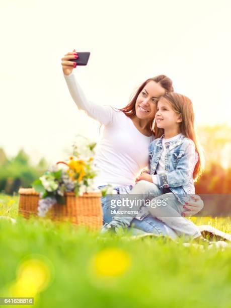 Lachende familie die een selfie